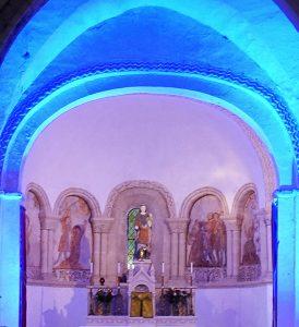 choeur de l'église illuminé de rose et de bleu